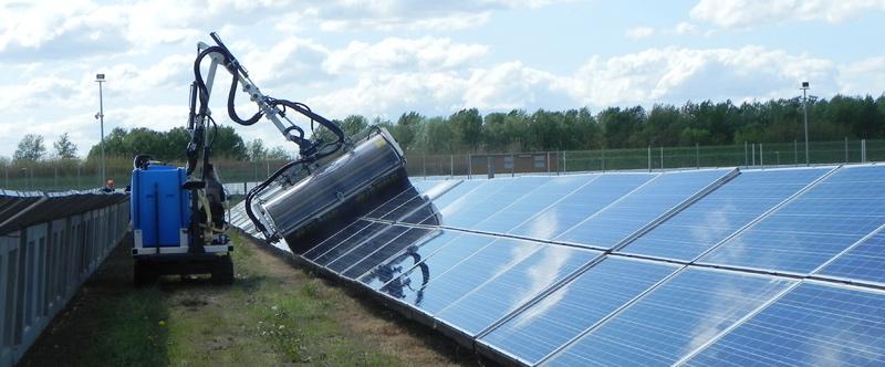 Pulizia pannelli solari con braccio estendibile
