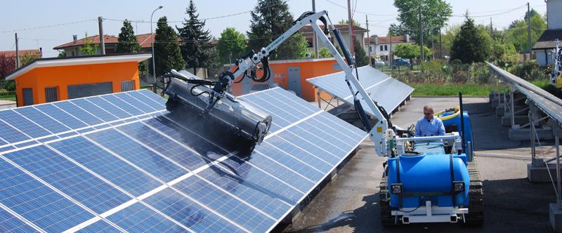 Pulizia pannelli solari attraverso braccio estendibile
